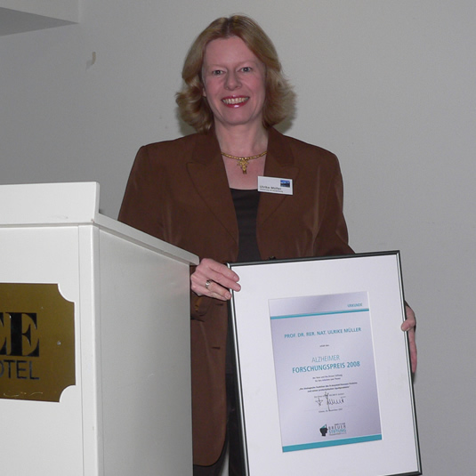 Ulrike Müller (University of Heidelberg, Germany) is presenting the award certificate